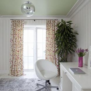 Immagine di un ufficio minimal di medie dimensioni con pareti multicolore, parquet chiaro e scrivania autoportante