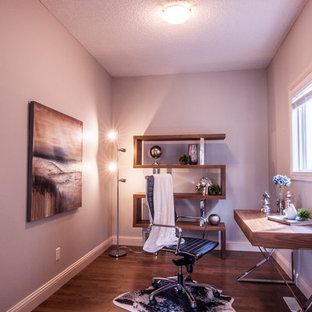 エドモントンのトランジショナルスタイルのおしゃれなホームオフィス・書斎 (グレーの壁、自立型机) の写真
