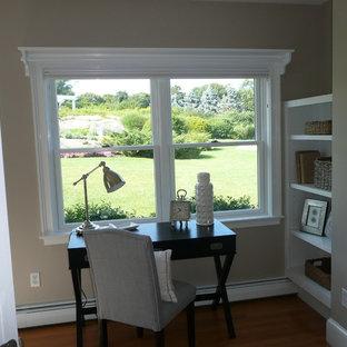 ボストンの中サイズのビーチスタイルのおしゃれな書斎 (グレーの壁、暖炉なし、自立型机) の写真