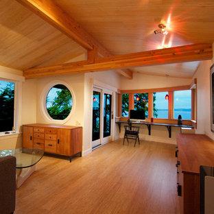 シアトルの広いコンテンポラリースタイルのおしゃれなアトリエ・スタジオ (ベージュの壁、竹フローリング、造り付け机) の写真