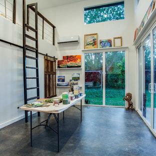 ダラスのコンテンポラリースタイルのおしゃれなアトリエ・スタジオ (白い壁、自立型机) の写真