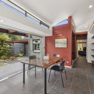 Ispirazione per un atelier moderno di medie dimensioni con pareti rosse, pavimento con piastrelle in ceramica, scrivania autoportante e pavimento marrone