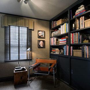 Idee per un piccolo studio minimalista con libreria, moquette, scrivania autoportante e pavimento blu