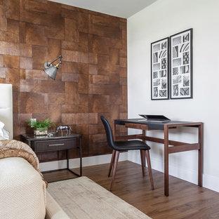 マイアミの小さいカントリー風おしゃれな書斎 (ベージュの壁、ラミネートの床、自立型机、ベージュの床) の写真