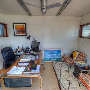 Idéer för att renovera ett litet funkis arbetsrum, med vita väggar, korkgolv och ett fristående skrivbord