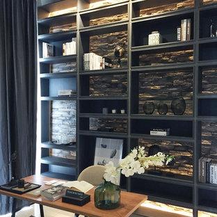 Esempio di un grande ufficio classico con pareti nere, pavimento in gres porcellanato, nessun camino e scrivania autoportante
