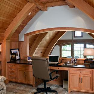 Ejemplo de despacho de estilo americano, sin chimenea, con paredes blancas y escritorio empotrado