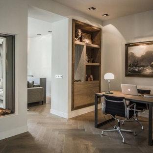 Modelo de despacho minimalista, grande, sin chimenea, con marco de chimenea de yeso