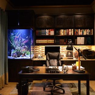 Modelo de despacho clásico, grande, sin chimenea, con paredes beige, suelo de travertino, escritorio independiente y suelo marrón