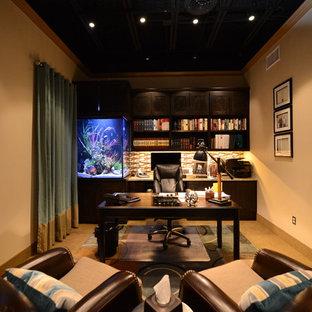 Idées déco pour un grand bureau classique avec un mur beige, un sol en travertin, aucune cheminée, un bureau indépendant et un sol marron.