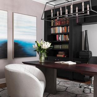 Idéer för funkis arbetsrum, med rosa väggar, mörkt trägolv, ett fristående skrivbord och brunt golv