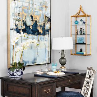 Klassisches Arbeitszimmer mit Arbeitsplatz, weißer Wandfarbe, dunklem Holzboden und freistehendem Schreibtisch in Sonstige