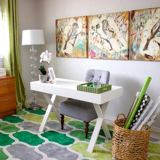 На фото: кабинет среднего размера в современном стиле с серыми стенами, отдельно стоящим рабочим столом, местом для рукоделия и зеленым полом с