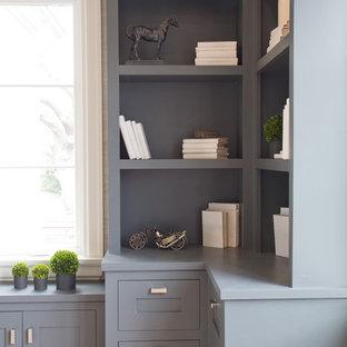 Inspiration för ett stort lantligt hemmabibliotek, med beige väggar, ljust trägolv och ett fristående skrivbord