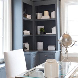Idee per un grande ufficio country con parquet chiaro, scrivania autoportante, pareti beige e nessun camino