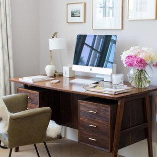 Inspiration för mellanstora klassiska hemmabibliotek, med lila väggar, mellanmörkt trägolv, ett fristående skrivbord och brunt golv