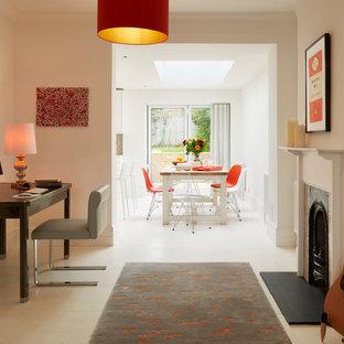 Idee per un ufficio design con pareti bianche, pavimento in legno verniciato, camino classico e scrivania autoportante