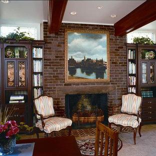 ワシントンD.C.の中サイズのヴィクトリアン調のおしゃれなホームオフィス・書斎 (ライブラリー、ベージュの壁、磁器タイルの床、標準型暖炉、レンガの暖炉まわり、自立型机、ベージュの床) の写真