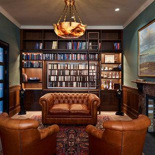 ロンドンの中サイズのトランジショナルスタイルのおしゃれなホームオフィス・書斎 (緑の壁、淡色無垢フローリング、ベージュの床) の写真