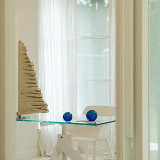 ミラノのコンテンポラリースタイルのおしゃれなアトリエ・スタジオ (白い壁、塗装フローリング、自立型机) の写真