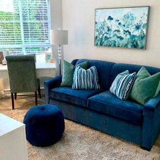 バンクーバーの小さいトランジショナルスタイルのおしゃれな書斎 (グレーの壁、ラミネートの床、自立型机、茶色い床) の写真