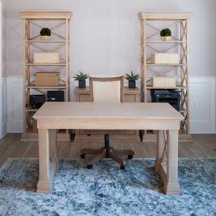 トランジショナルスタイルのおしゃれな書斎 (グレーの壁、ラミネートの床、自立型机、茶色い床) の写真