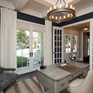 Bild på ett stort vintage arbetsrum, med blå väggar, mörkt trägolv, ett fristående skrivbord och brunt golv