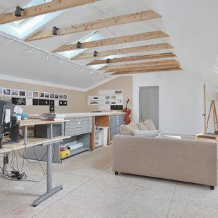 Cette photo montre un grand bureau tendance de type studio avec un mur blanc, un sol en contreplaqué, aucune cheminée et un bureau indépendant.