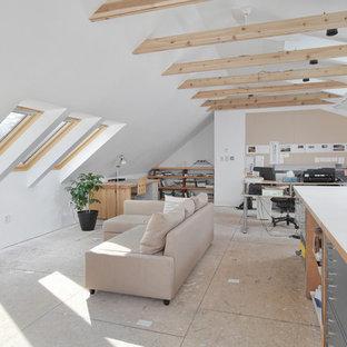 Modelo de estudio contemporáneo, grande, sin chimenea, con paredes blancas, suelo de contrachapado y escritorio independiente