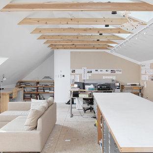 Immagine di un grande atelier design con pareti bianche, pavimento in compensato, nessun camino e scrivania autoportante