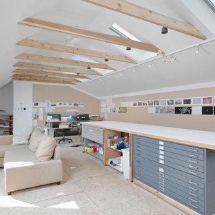 Cette image montre un grand bureau design de type studio avec un mur blanc, un sol en contreplaqué, aucune cheminée et un bureau indépendant.