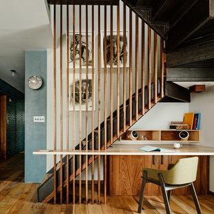 Aménagement d'un bureau contemporain de type studio et de taille moyenne avec un sol en bois brun, un mur blanc, aucune cheminée et un bureau intégré.