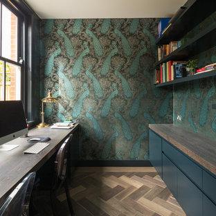 Immagine di un ufficio tradizionale con pareti multicolore, pavimento in legno massello medio, scrivania incassata e pavimento marrone