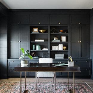 Klassisches Arbeitszimmer mit freistehendem Schreibtisch, grauer Wandfarbe und hellem Holzboden in Salt Lake City