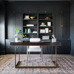 ソルトレイクシティのトランジショナルスタイルのおしゃれなホームオフィス・書斎 (濃色無垢フローリング、自立型机、グレーの壁) の写真