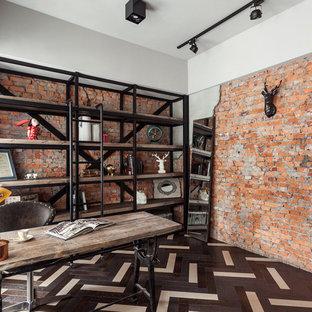 Пример оригинального дизайна: кабинет в стиле лофт с оранжевыми стенами и коричневым полом