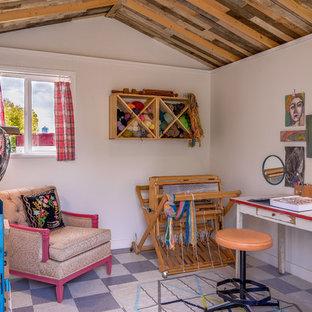 Idée de décoration pour un bureau atelier design de taille moyenne avec un mur blanc et un bureau indépendant.