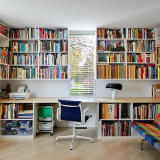 グランドラピッズの中サイズのミッドセンチュリースタイルのおしゃれなホームオフィス・仕事部屋 (ライブラリー、白い壁、淡色無垢フローリング、造り付け机、ベージュの床、暖炉なし) の写真