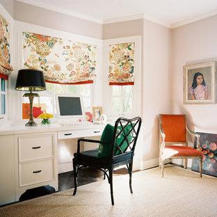 Exempel på ett eklektiskt arbetsrum, med ett inbyggt skrivbord