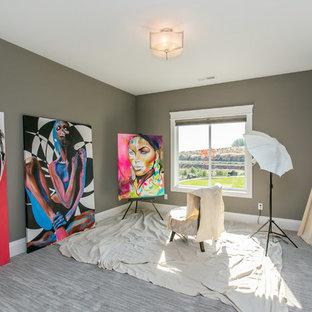 シアトルの中サイズのコンテンポラリースタイルのおしゃれなアトリエ・スタジオ (グレーの壁、カーペット敷き、暖炉なし、グレーの床) の写真