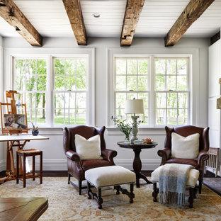 Пример оригинального дизайна: кабинет с белыми стенами, темным паркетным полом, коричневым полом и балками на потолке