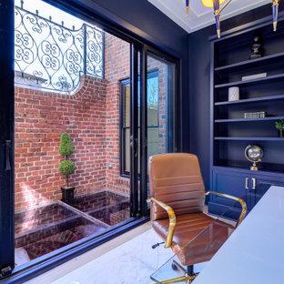 Inspiration pour un bureau traditionnel en bois de taille moyenne avec un mur bleu, un sol en marbre, un bureau indépendant et un plafond en bois.