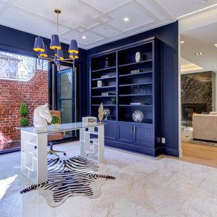 Ejemplo de despacho madera y madera, tradicional renovado, de tamaño medio, madera, con paredes azules, suelo de mármol, escritorio independiente y madera