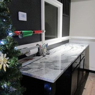 ワシントンD.C.の中サイズのモダンスタイルのおしゃれなクラフトルーム (黒い壁、淡色無垢フローリング、造り付け机、ベージュの床) の写真