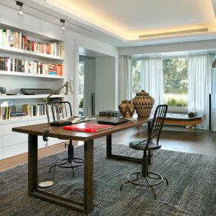 Imagen de despacho industrial, de tamaño medio, sin chimenea, con paredes blancas, suelo de madera oscura y escritorio independiente