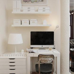 Inspiration för ett eklektiskt arbetsrum, med beige väggar, mellanmörkt trägolv, ett fristående skrivbord och brunt golv