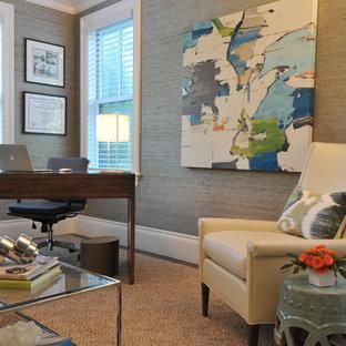 ボストンの中くらいのトランジショナルスタイルのおしゃれな書斎 (グレーの壁、濃色無垢フローリング、暖炉なし、自立型机、ベージュの床) の写真