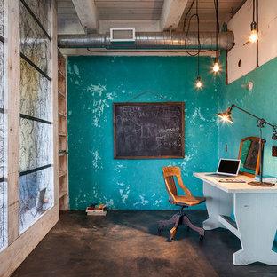 ポートランドの中サイズのインダストリアルスタイルのおしゃれな書斎 (青い壁、コンクリートの床、暖炉なし、自立型机、黒い床) の写真