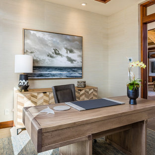 ハワイのトロピカルスタイルのおしゃれなホームオフィス・書斎 (磁器タイルの床、自立型机、ベージュの床) の写真