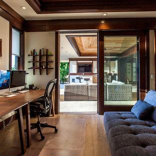 ハワイのトロピカルスタイルのおしゃれなホームオフィス・書斎 (ベージュの壁、無垢フローリング、自立型机) の写真